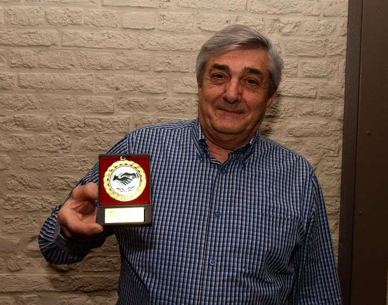 René toont trots zijn gouden medaille die hij van wandelclub 'Parel van het Pajottenland' kreeg omdat hij vorig jaar de grootste afstand (3.991 km) aflegde.