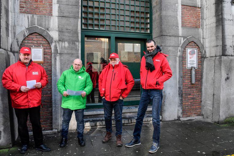 Stakend personeel aan de gevangenis in Dendermonde.