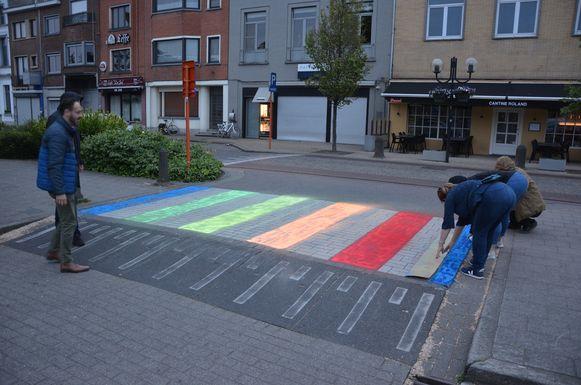 Benjamin Jacobs (links) kijk toe hoe de laatste kleur wordt aangebracht in krijtverf.