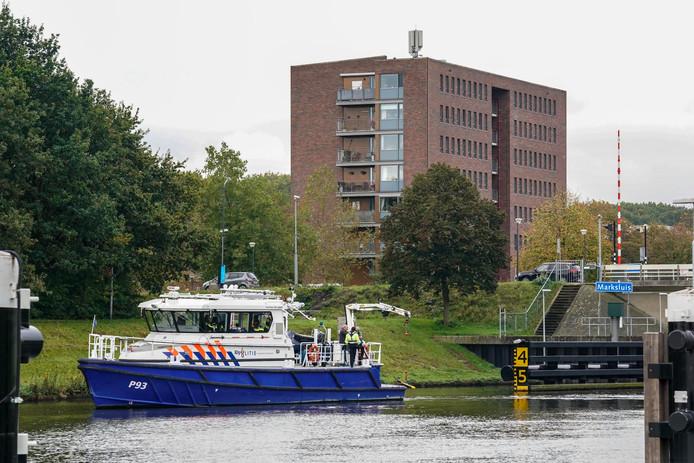 De politie is met een sonarboot op zoek naar de vermiste Oosterhouter.