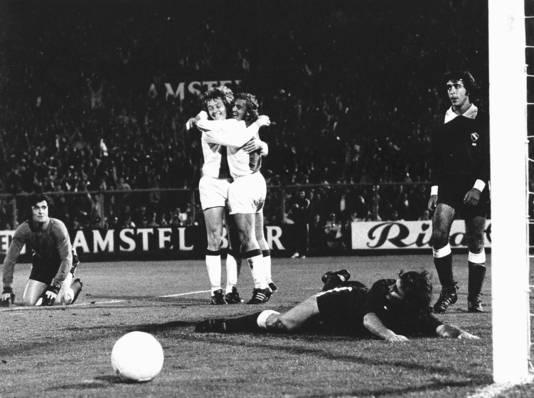 Arie Haan (links) wordt omhelsd door Johan Neeskens na de goal tegen Independiente in 1972.