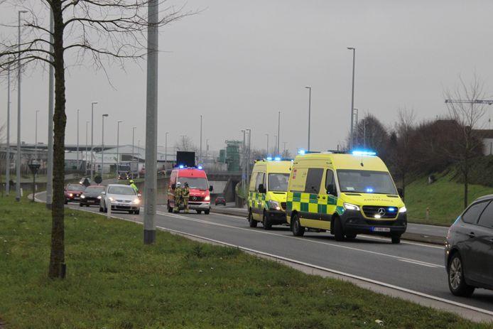 Twee ambulances brachten twee mannen naar het ziekenhuis na de botsing in de buurt van de E3-tunnel in Harelbeke.