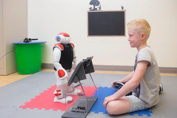 Ruben van As (7) maakt kennis met robot Charly.