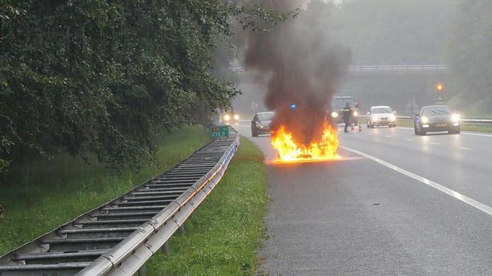 De auto in brand op de A18.