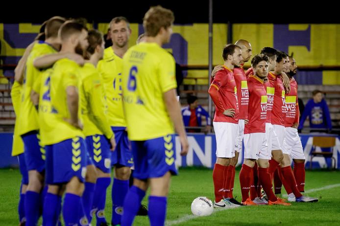 De spelers van HSV Hoek en FC Lisse voor de penaltysoap, de meest besproken penalty's ooit uit het Nederlandse voetbal. Niet FC Lisse, maar Hoek zegevierde uiteindelijk met 6-5 en komt in de tweede ronde van de KNVB-beker uit tegen Heracles.