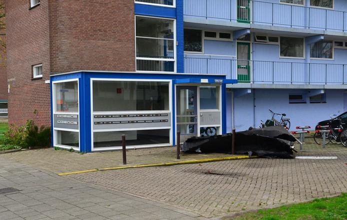 Stuk van dak flat aan de Wensel van Cobergherstraat in Breda Foto Rob de Haas - Mainstay Media Breda