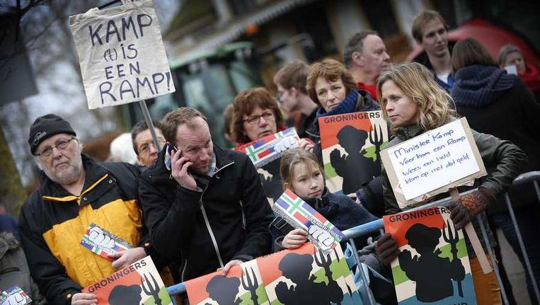 Actievoerders verzamelden zich gisteren voor het gemeentehuis in Loppersum, waar minister Kamp een persconferentie hield. Beeld anp