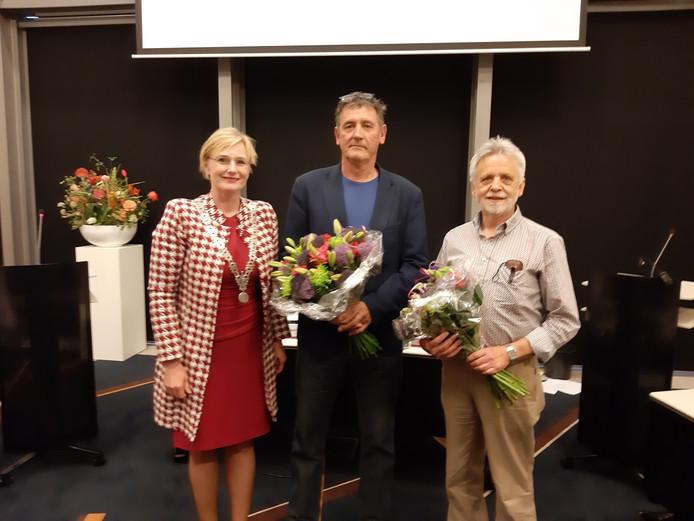 Burgemeester Marianne Besselink met de nieuwe raadsleden Luuk Preijde (PvdA, midden) en René Bruns (GroenLinks, rechts).