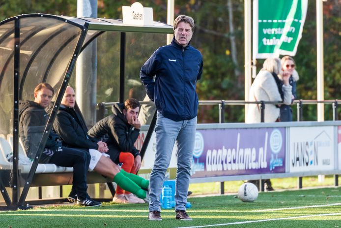 Jeroen Kiepman, coachend tijdens een wedstrijd van Victoria'28.