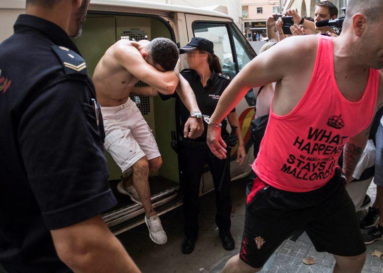 De verdachte (witte short) in de zaak rond de doodgeslagen toerist Wouter van Luijn.