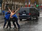 Topless vrouwen bestormen auto Trump in Parijs