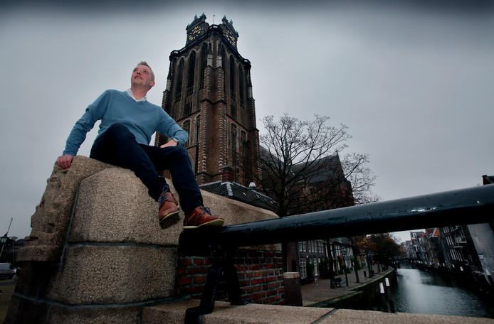 Lennart Lenskens bij de Grote Kerk, waar op 15 maart een lhbt-congres plaatsvindt.