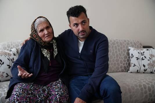 Özcan op bezoek bij zijn bejaarde tante Hanim. NTR/De Neven van Eus. <br /><br /><br />
