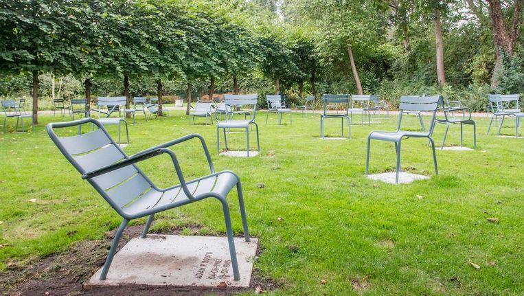 De stoelen zijn gegroepeerd op basis van de executiedatum van de slachtoffers Beeld Jesper Boot