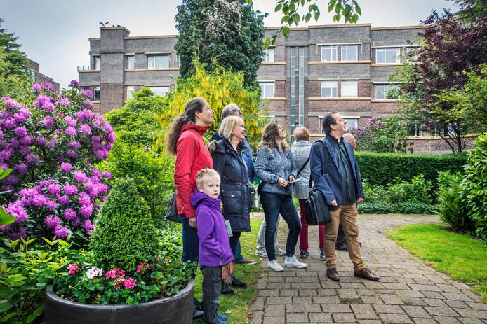 Marcel Teunissen geeft tekst en uitleg over de Haagse woonhotels die werden gebouwd tussen de twee wereldoorlogen, zoals hier in de Mauvestraat.