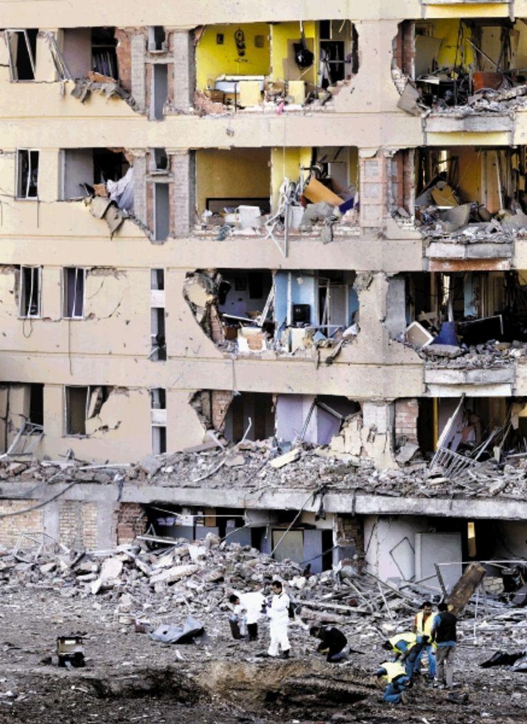 Leden van een Spaans onderzoekteam zoeken tussen de puinhopen naar bewijsmateriaal. De bomaanslag is vooralsnog niet opgeëist. (FOTO AFP) Beeld