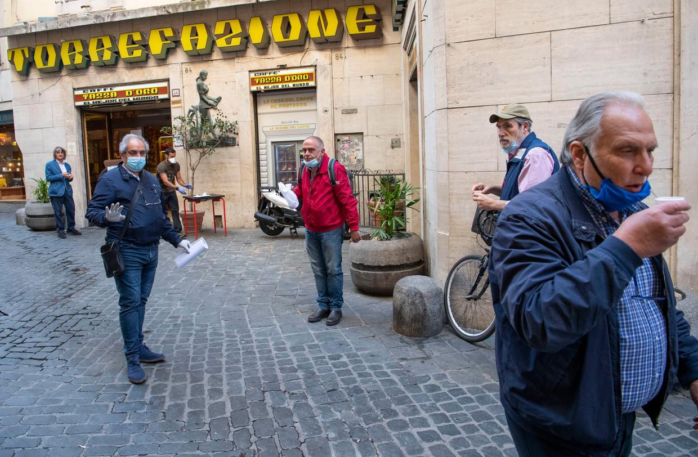 Romeinen kunnen voor het eerst in weken weer hun espresso krijgen. Beeld EPA