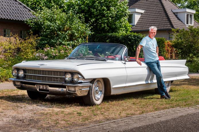 Egber Smits bij zijn Cadillac.