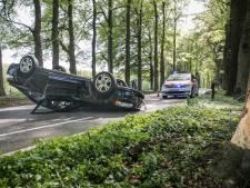 Auto op de kop bij Oosterbeek, bestuurder gewond