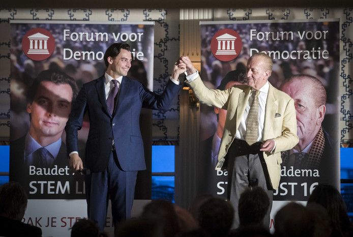 De Tweede Kamerleden van Forum voor Democratie (FVD) Thierry Baudet en Theo Hiddema tijdens een kiezersbezoek in Volendam. Maandagavond brengen zij een soortgelijk bezoek aan Nieuwegein.