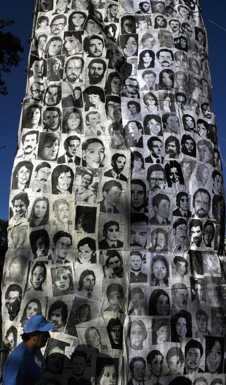 Foto's van tijdens de dictatuur verdwenen personen, op de Plaza de Mayo. Beeld getty