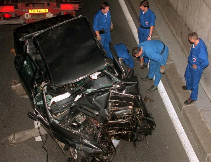Politieagenten maken zich klaar om het auto-wrak waarin Diana, haar vriend Dodi Al-Fayed en de chauffeur omkwamen, te verwijderen.