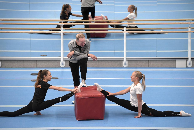 Vincent Wevers hervatte donderdag de trainingen met zijn pupillen Naomi Visser (links) en dochter Sanne Wevers. Beeld Marcel van den Bergh / de Volkskrant