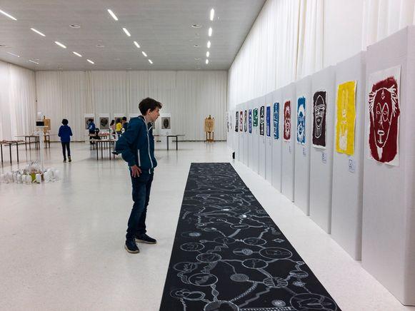De leerlingen bewonderden dinsdag hun eigen werken in het AfricaMuseum.