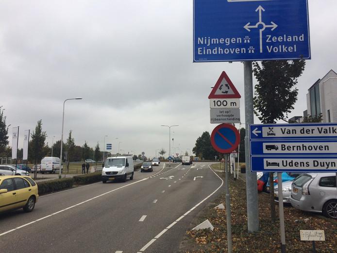 Deze rotonde bij Ben van Dijk, in 2009 opgeleverd wordt in 2018 weer een normale kruising met stoplichten. HOV-auto's en bussen moeten dan weer sneller kunnen doorrijden.