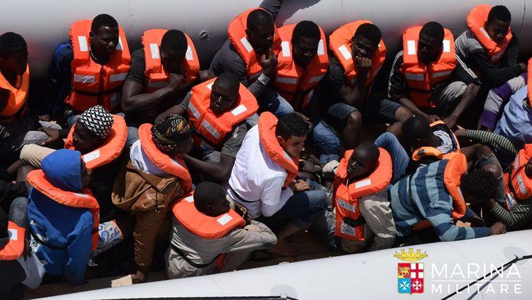 Een boot met vluchtelingen uit Libië die donderdagavond door de Italiaanse kustwacht gered werden. Beeld afp