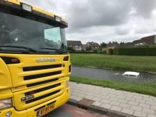 Handrem vergeten in Genemuiden: Auto rijdt sloot in