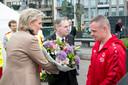 Prinses Astrid met bloemen voor Lieven Mels tijdens de openingsceremonie.