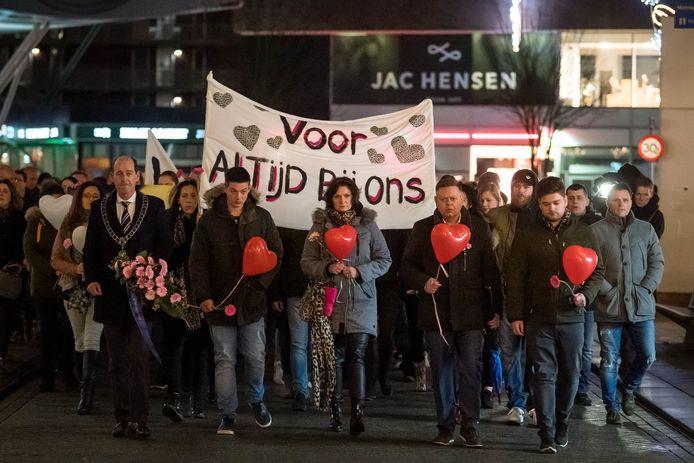 Enkele weken na de moord werd in Hengelo een stille tocht gehouden voor Chantal de Vries.