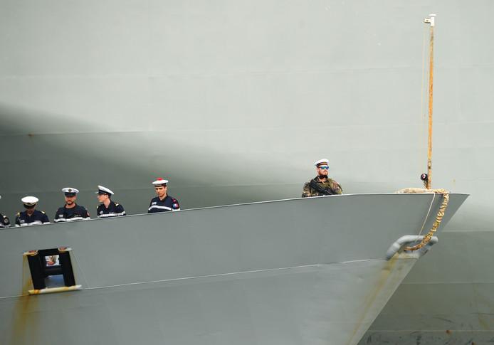 Franse bemanningsleden van het marinefregat Vendémiaire staan op het dek terwijl het schip aanlegt bij de haven in de Filipijnse hoofdstad Manilla. Foto Ted Aljibe
