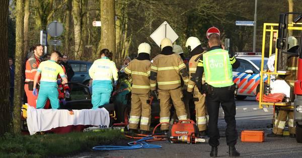 File door botsing tussen twee autos op de Kluiverboom in Groningen.