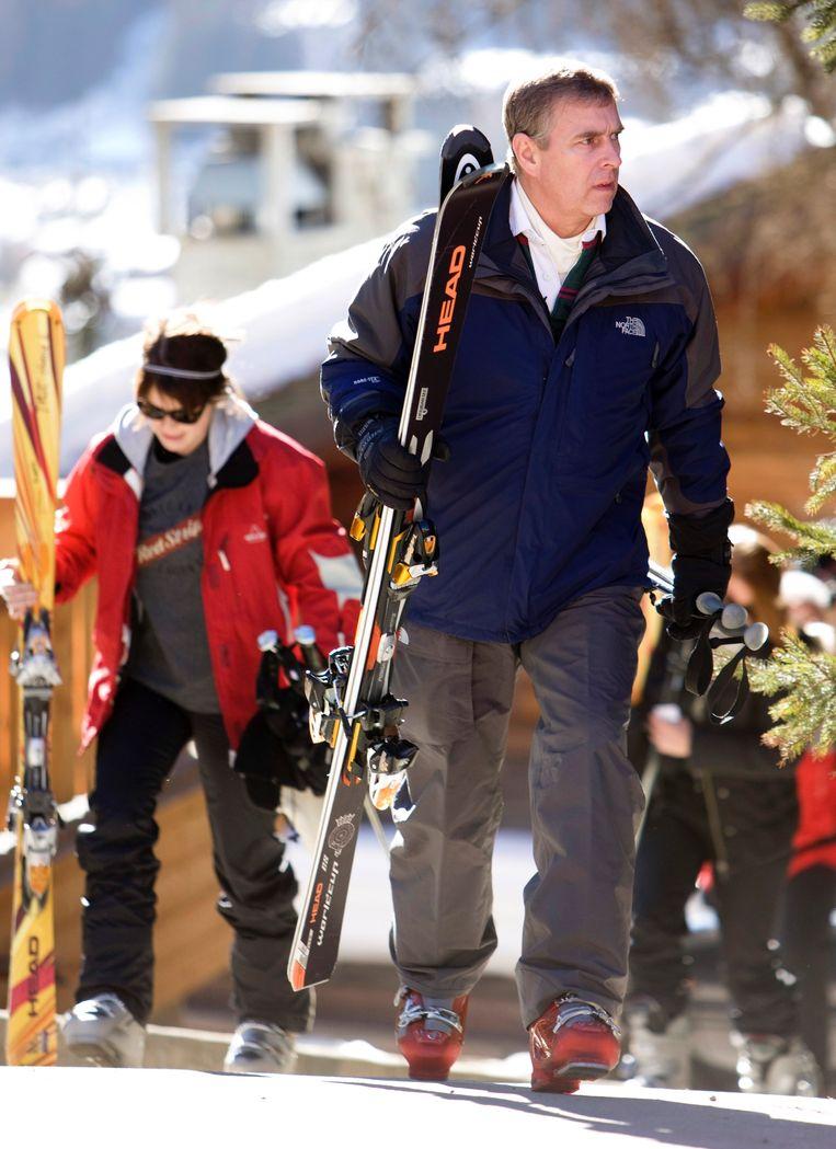 De prins geniet van een luxueuze skivakantie in het Zwitserse Verbier als hij op het matje wordt geroepen door de Queen.