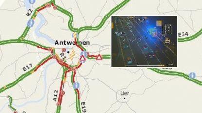"""Truck verliest lading siliconen, avondspits Antwerpen chaotisch: """"Het kan vier uur duren voor de weg weer vrij is"""""""