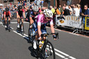 Anna van der Breggen, in het roze shirt als winnares van de Giro d'Italia rijdt voorop tijdens de vrouwenkoers van Daags na de Tour vorig jaar.