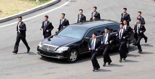 De wereld maakte voor het eerst kennis met de bodyguards toen hollend de limousine van de Noord-Koreaanse leider beschermden bij zijn ontmoeting met de Zuid-Koreaanse president Moon Jae-in in april.