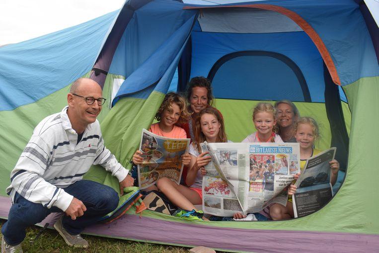 De zusjes Martens doen aan 'famping' met het hele gezin. Daar hoort Het Laatste Nieuws bij.