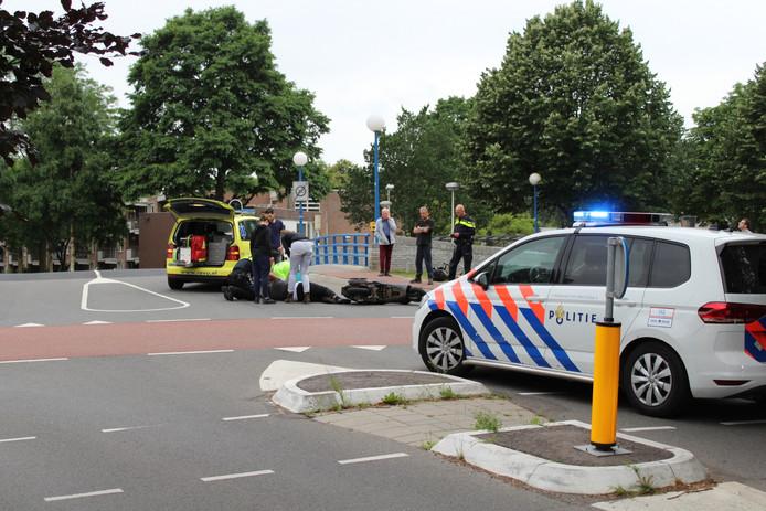 De scooterrijder werd op de kruising van de Zandweg met de Meridiaan geschept door een auto.