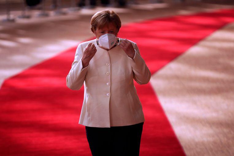Angela Merkel arriveert op zondagochtend als eerste bij het Europagebouw. Beeld AFP