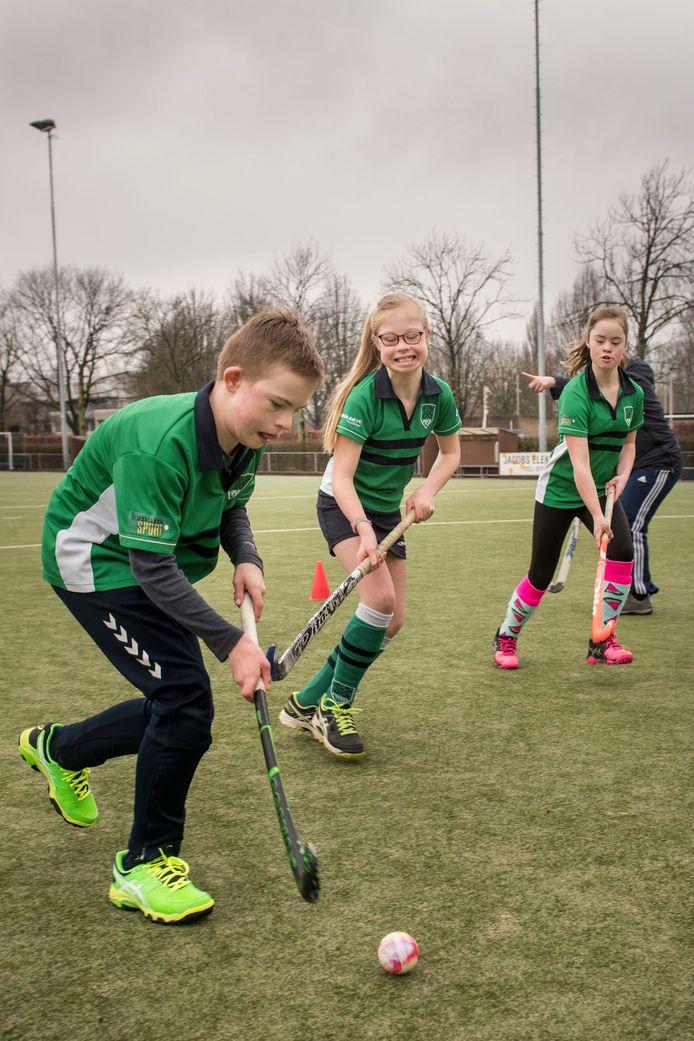 Jasper Coppens, Fay van Koppel en Maaren Sanderson genieten van de hockeytraining op zondagochtend.