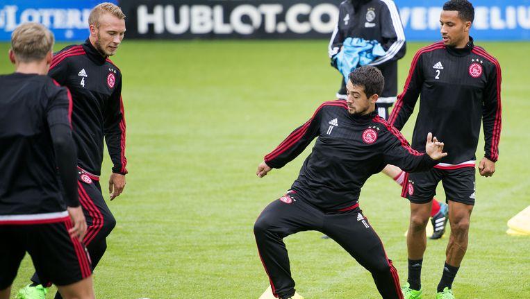 Ajax bereidt zich voor op de Europa League-wedstrijd tegen Celtic. Amin Younes midden in de rondo. Beeld ANP