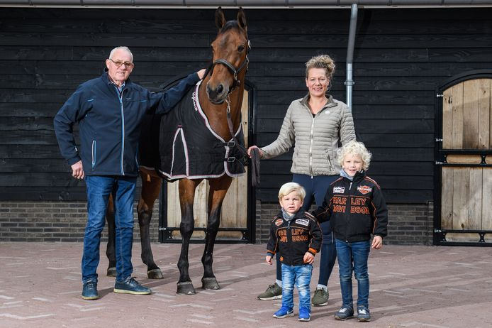 Amazone Saskia Leusink, haar vader Henk en haar zoons Sven (links) en Mike met de merrie Varola. Het paard gaat na een succesvolle loopbaan in de dressuursport vervroegd met pensioen.