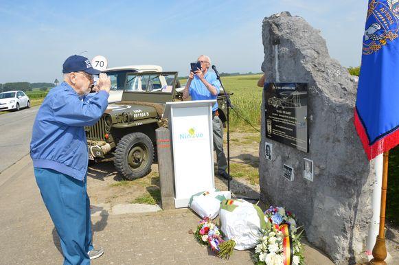 Henry Schultz, het enige nog levende bemanningslid, aan het monument in Outer