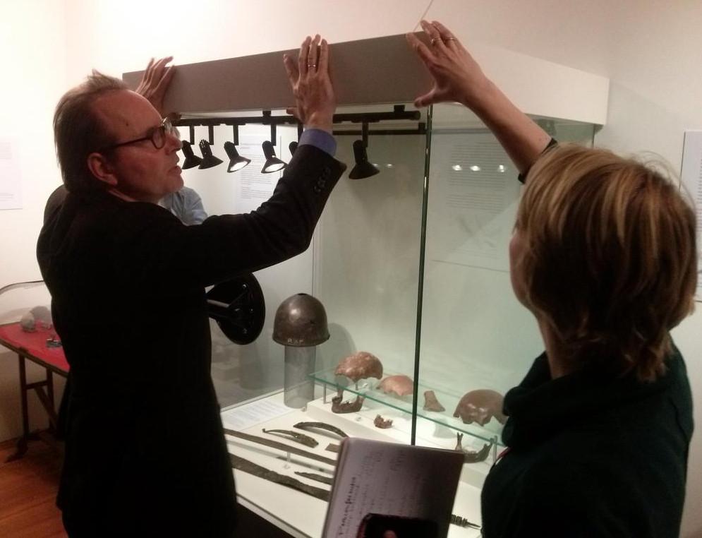 Een vitrine met vondsten uit Kessel wordt geopend.