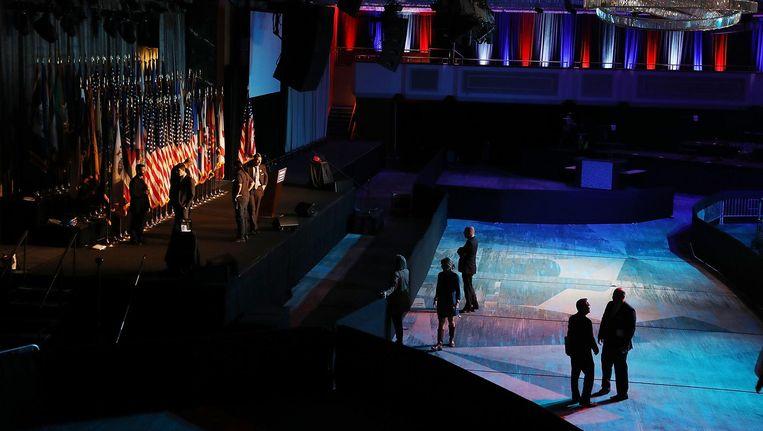 In het Hilton Hotel in Manhattan wordt het podium gereed gemaakt voor het feest van Donald Trump op verkiezingsavond. Beeld getty