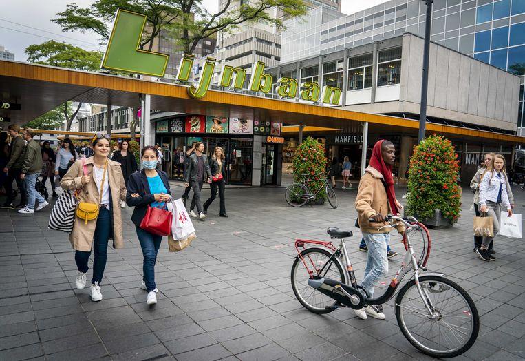 Voetgangers met en zonder mondkapjes, deze week op de Rotterdamse Lijnbaan. Beeld ANP