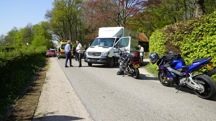 De motorrijder werd geschept door een vrachtwagentje dat de weg wilde oprijden.